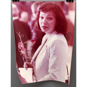 Советское большеформатное  фото «Девушка с гвоздиками» из архива агентства «Фотохроника ТАСС»