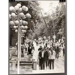 Советское большеформатное  фото «На улице латвийского курорта Юрмалы» из архива агентства «Фотохроника ТАСС»