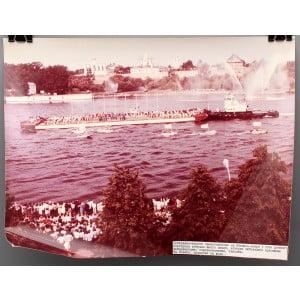 Советское большеформатное  фото «Театрализованное представление на Ильмень-озере в Новгороде» из архива агентства «Фотохроника ТАСС»