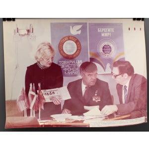 Советское большеформатное  фото «Ветеран ВОВ Александр Сафронов в Мурманском областном Комитете Защиты мира» из архива агентства «Фотохроника ТАСС»